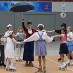 Mary Poppins im Kreise der Schützlinge