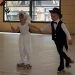 Junges Brautpaar auf Rollen