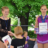 Elisabeth erhält ihre Urkunde