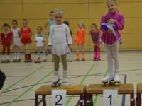 Zwei kleine Rollkunstläuferinnen