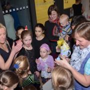 Die Kleinen beschenken ihre Trainerin