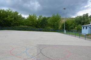 Blick auf eine Rollkunstlaufbahn mit Regenwolken im Hintergrund