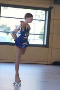 Rollkunstläuferin auf einem Bein