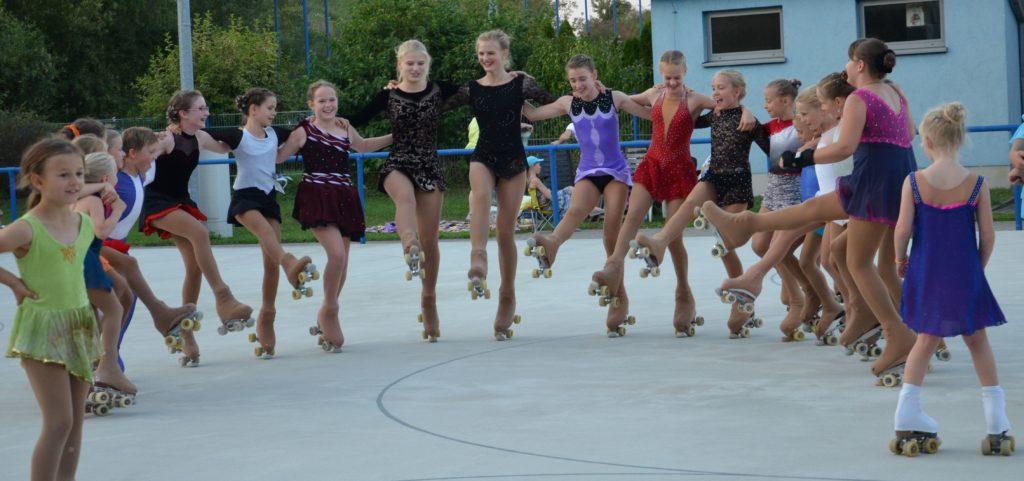 viele Rollkunstläufer bilden einen Halbkreis und tanzen