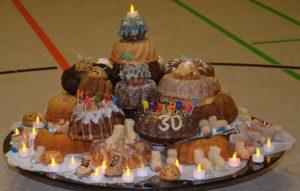 ein Berg aus Gugelhupf-Kuchen