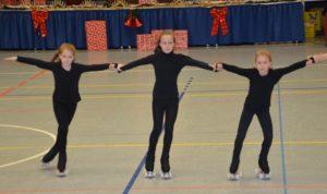 drei Rollkunstläufer halten sich fest