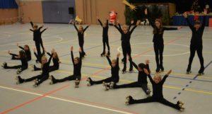 Rollkunstläufer sitzen auf dem Boden