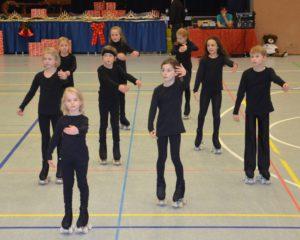 viele junge Sportler auf Rollschuhen in schwarzer Kleidung