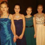 vier junge Damen in Ballkleidern