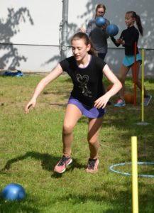 Sportlerin rennt Ball hinterher