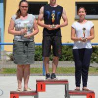Trainerinnen und Trainer empfangen für ihre Mannschaften die Pokale
