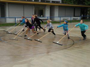 Kinder schieben Wasserpfützen weg