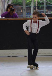 Rollkunstläufer wird fotografiert
