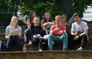 eine Gruppe sitzender Jugendlicher