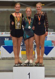 drei junge Damen auf dem Podest