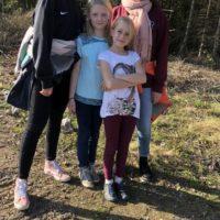 vier Mädels im Wald