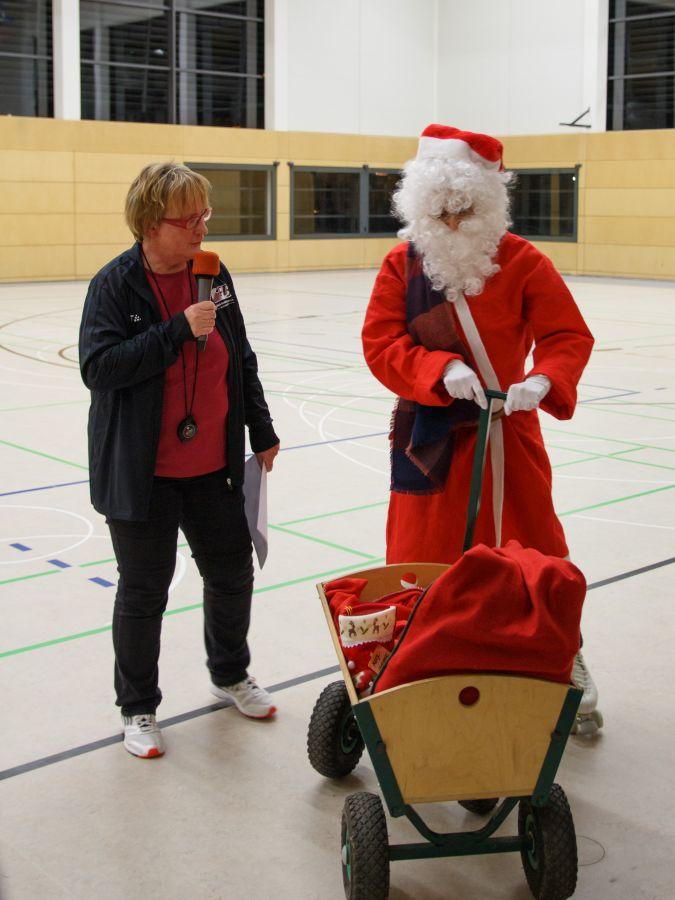 der Weihnachtsmann hat Geschenke im Wagen